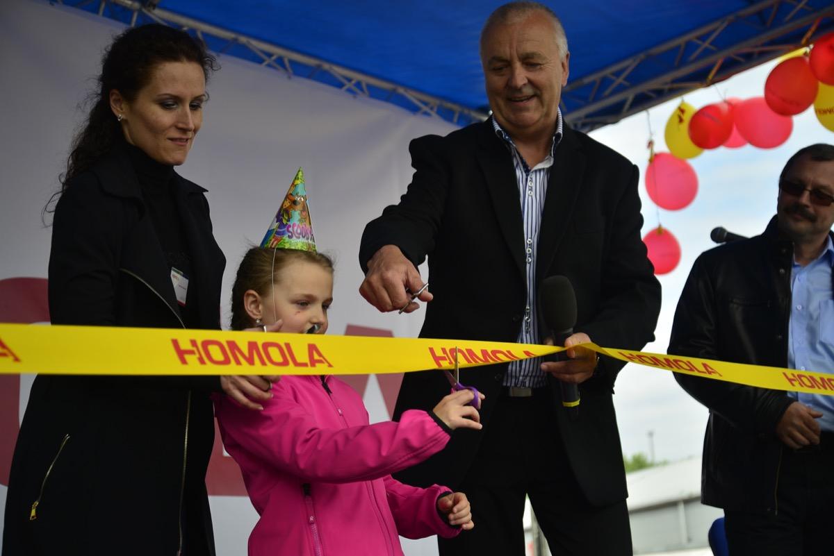 Majitel společnosti Mojmír Homola se svou úžasnou ženoua dcerou Kristýnkou přestřihli pásku.